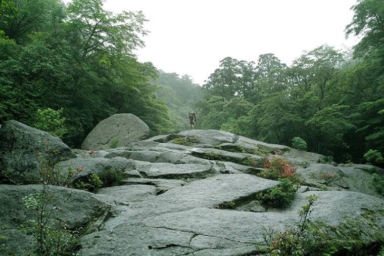 この大岩を超えるのが最初の試練