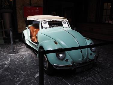 エントランスにはなぜか旧車の展示も