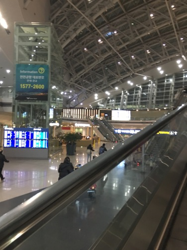 空港鉄道のホーム。奥に見えるのがDARAKUHYUです。