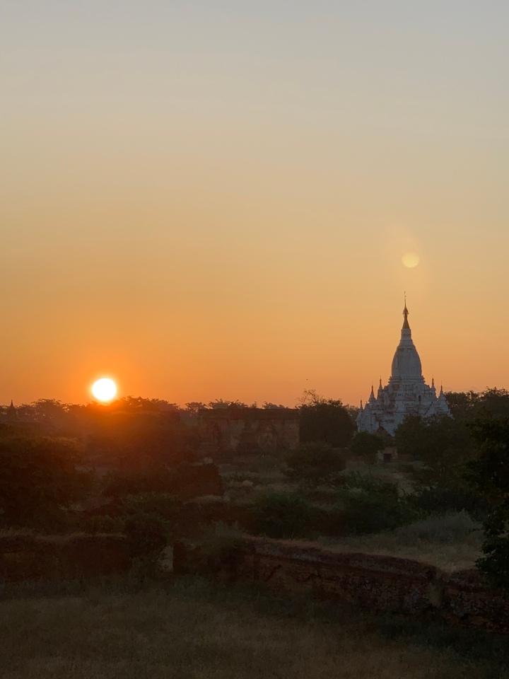 【師走のミャンマー2018】バガンの朝日と仏塔をめぐる